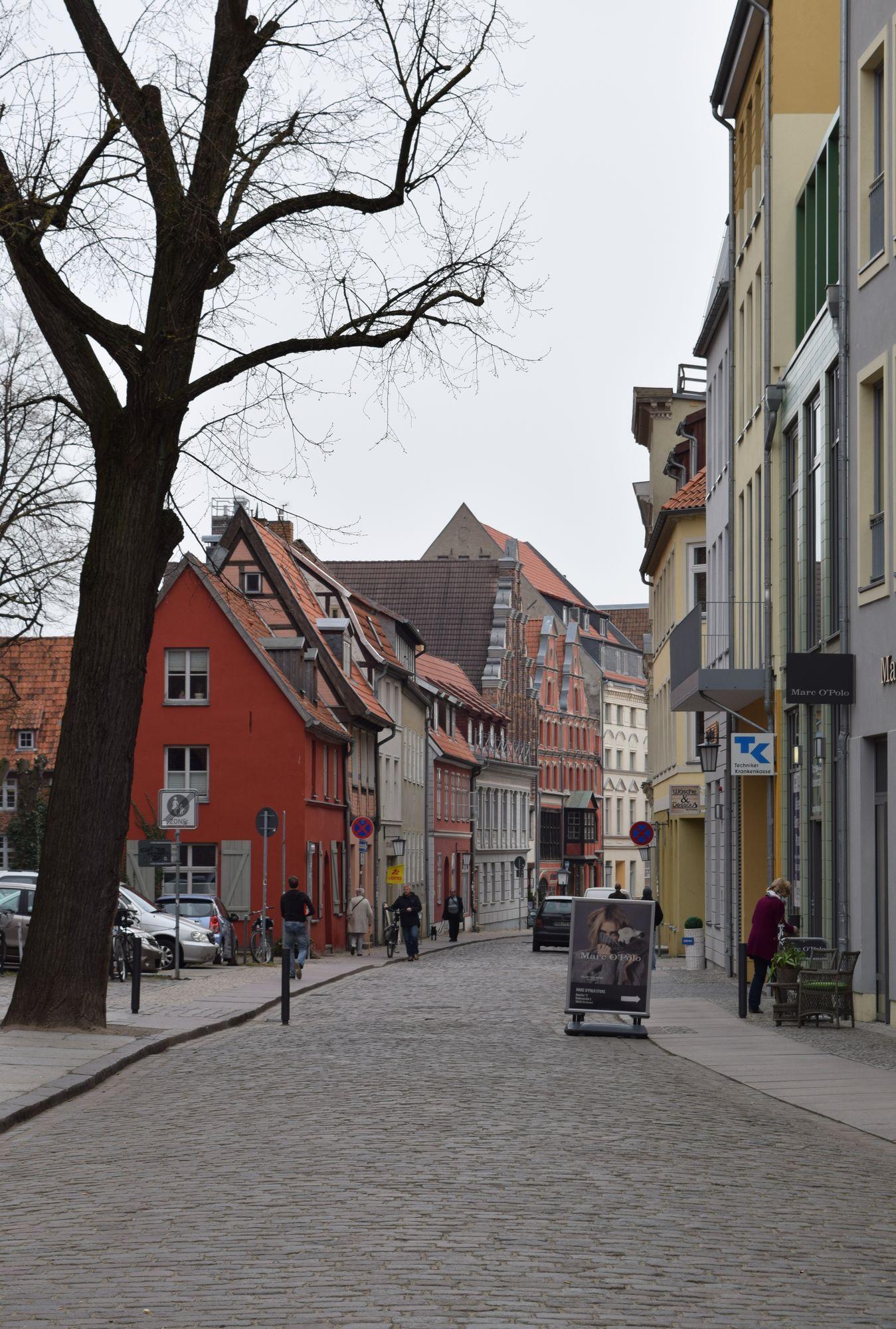 Badenstrasse söder om St. Nikolai Kirche. Gatans svängda form sluter gaturummet.
