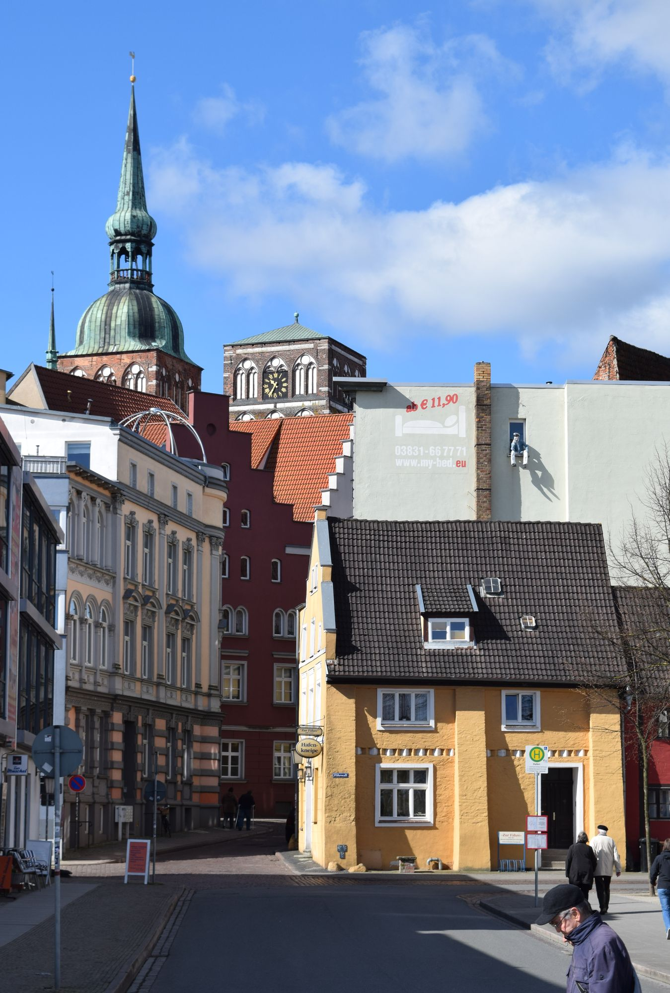 """Hamnpubben """"Zur Fähre"""" från 1332 är en av världens äldsta. Gatans svängda form och den oregelbundna gatukorsningen längre fram begränsar synfältet."""