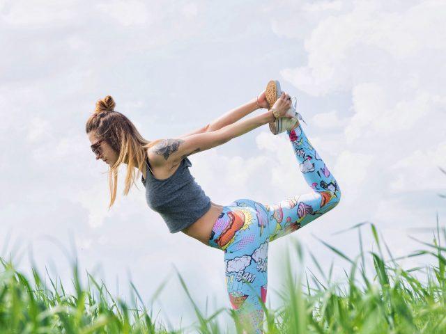 Yoga i hälsosam utemiljö